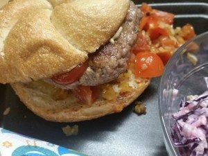 Burger mit Rotkraut-Apfel-Salat